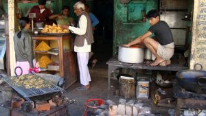 samode-cooking-in-the-street