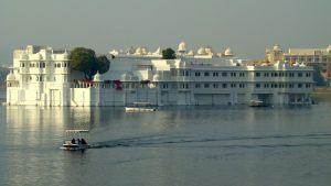 way-to-lake-palace